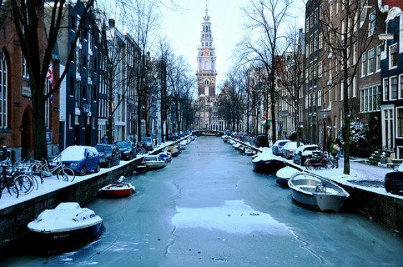 Frozen canal of Amsterdam Photo: Carolina Georgatou of Flickr