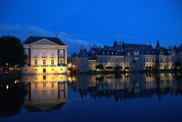 The Hague Mauritshuis and Hofvijver at night Photo: orcanus of Flickr