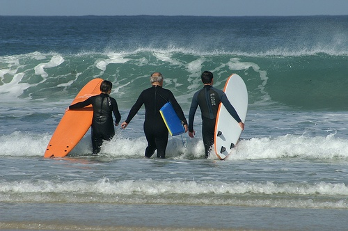 Surfers enjoy the Autumn Swell Photo: Dave Hamster on Flickr