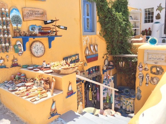 Shopping in Oia, Santorini, Greece Photo: Heatheronhertravels.com