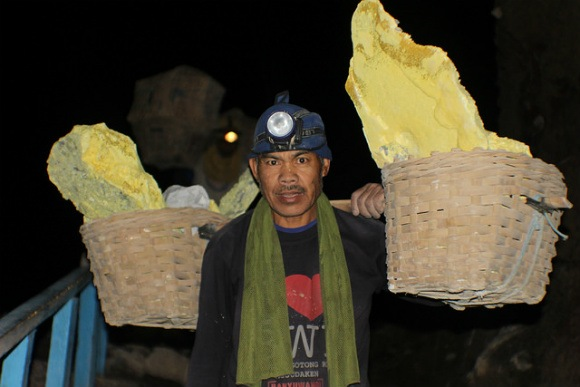 Ijen, Sulphur miner in crater Photo: Heatheronhertravels.com
