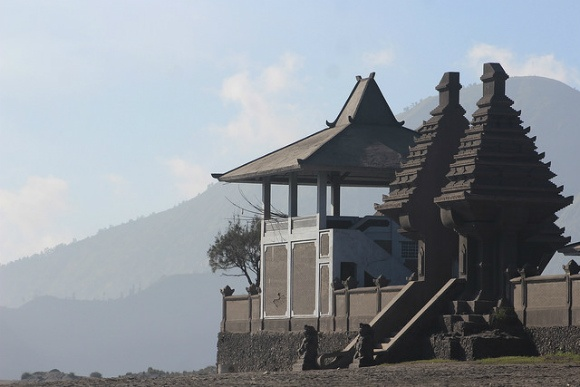 Mount Bromo, Sea of sands Hindu temple Photo: Heatheronhertravels.com