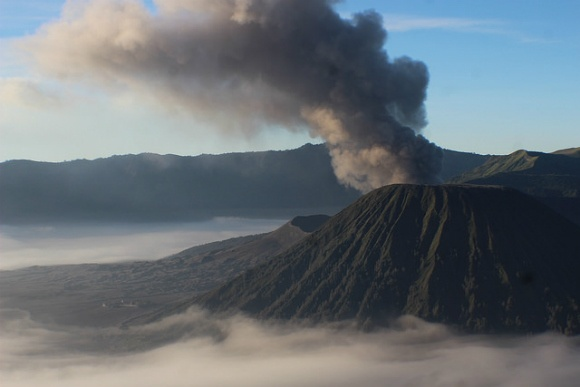 Mount Bromo viewpoint, black smoke eruption Photo: Heatheronhertravels.com